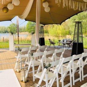 Trouwen in de buitenlucht, midden in de natuur! Ceremonie opstelling door White Wedding Chairs.
