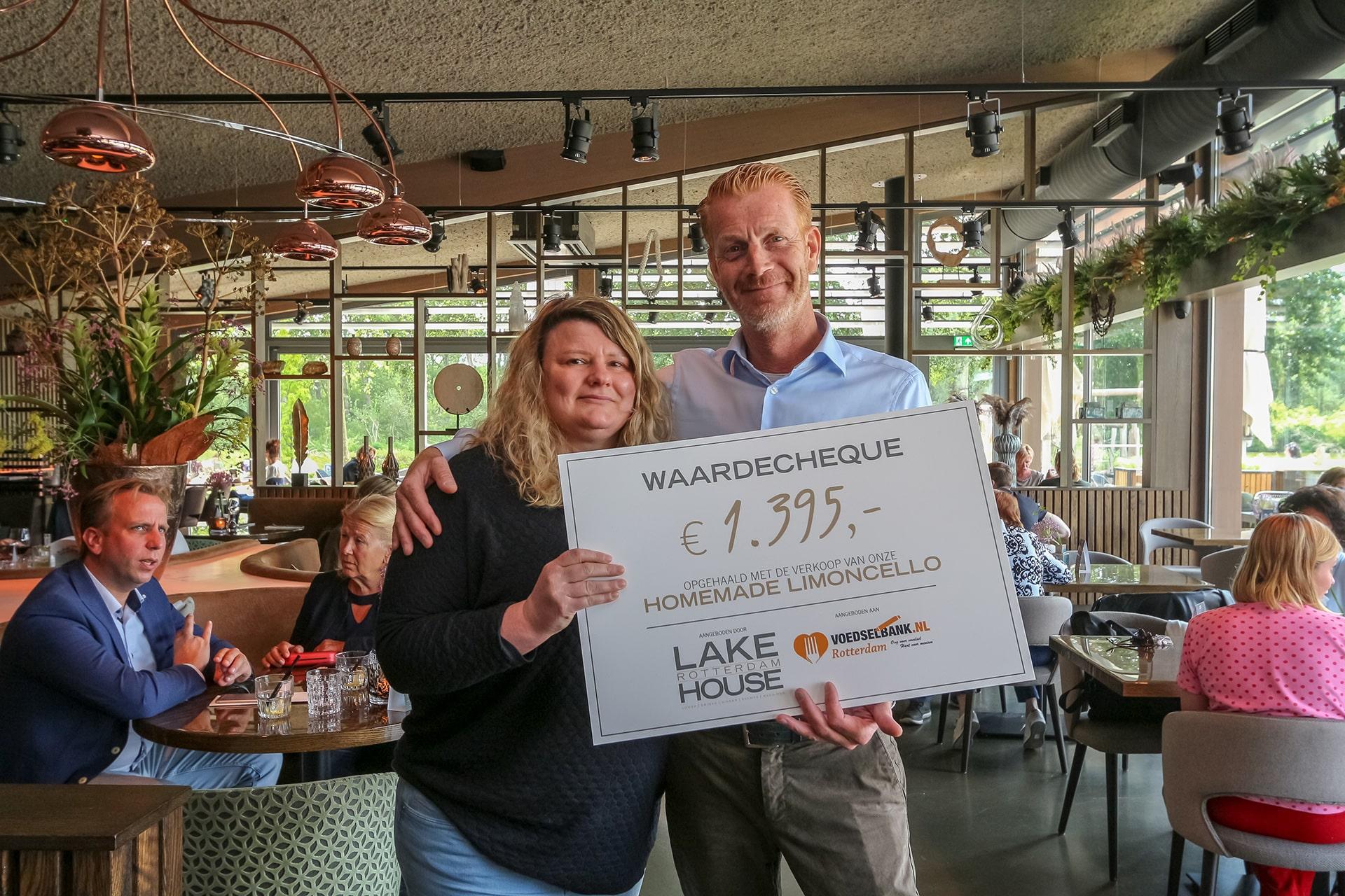 Met trots hebben wij een cheque twv €1395 overhandigd aan de Voedselbank Rotterdam