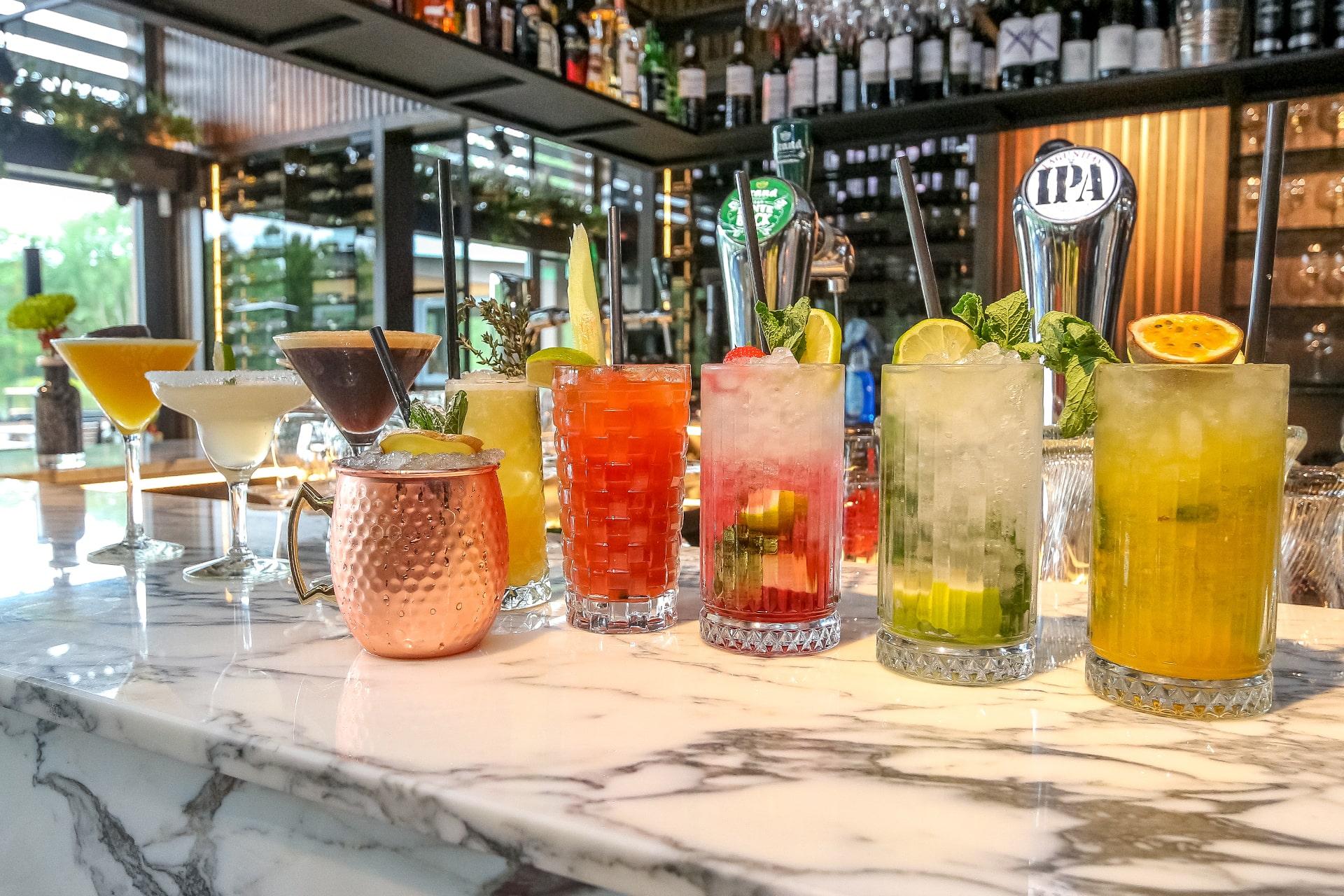 Geniet van een van onze signature cocktails