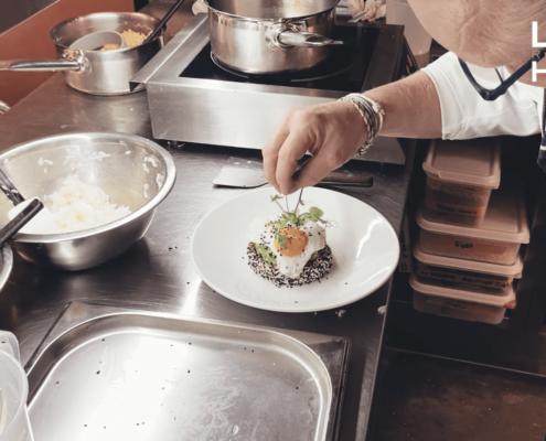 Chef-kok IJsbrant Wilbrenninck zien hoe je met leftover sushi rijst een heerlijke Bento maakt, met avocado & ei!